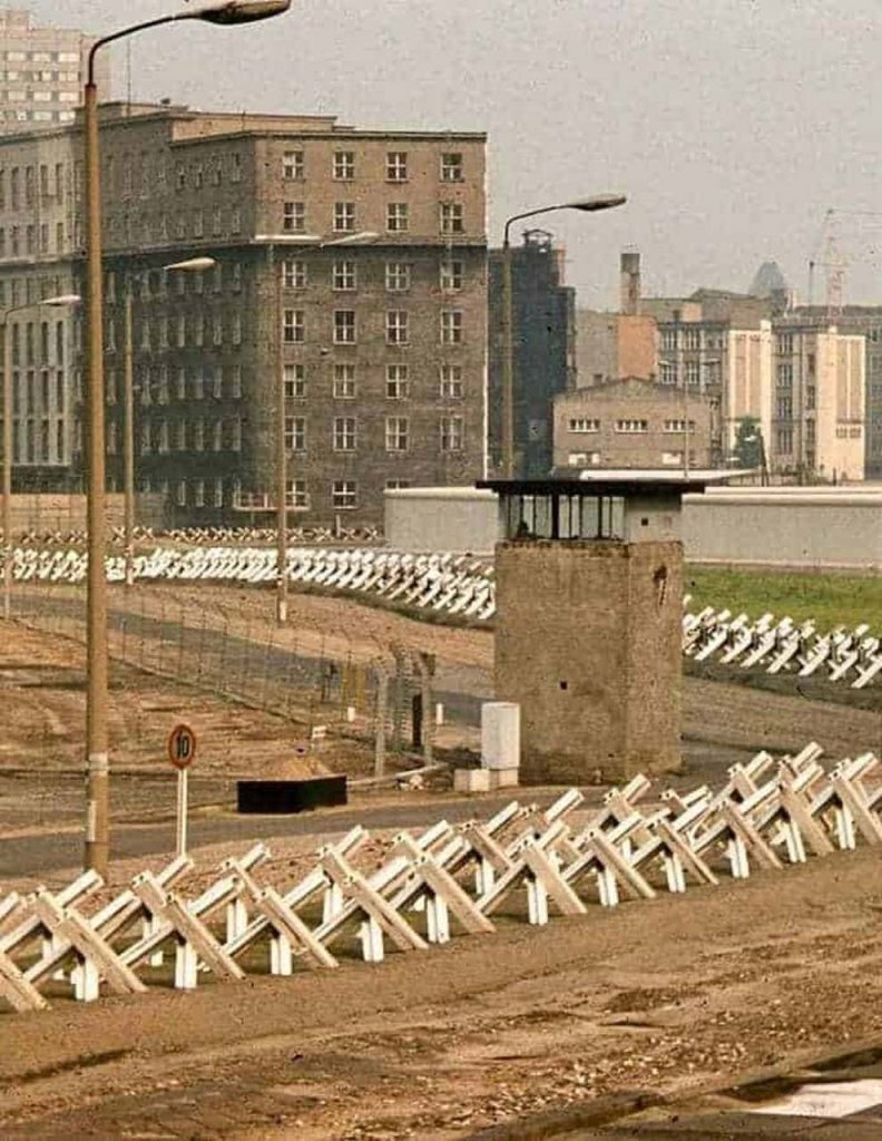 Berlin Wall 1961 (2x_106_3).jpg
